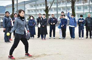 技術指導のこつを教えるトヨタ自動車女子ソフトボール部「レッドテリアーズ」OGの山根佐由里さん(左手前)=小城市の牛津高