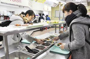 節約のため、大学の食堂で使える年間パスカードを利用する学生も多い=佐賀市の佐賀大学本庄キャンパス