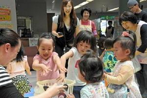 玉入れで遊ぶ子どもたち=佐賀市諸富町の市産業会館