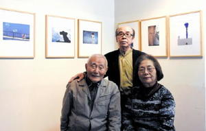 「235歳展」を開いた森川潤一郎さん(左)、落合達二さん(中央)、伊藤ふみ子さん(右)=佐賀市大和町のギャラリーせせらぎ