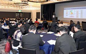 研修会では、災害時の行政やCSOなどの連携について意見を交わした=佐賀市のブライダルスクエア「ザ・ゼニス」
