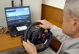 運転シミュレーター検査を体験する参加者=佐賀市久保泉町の佐賀自動車教習所