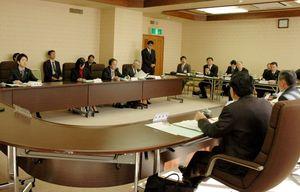 スーパーティーチャー制度の給与面などについて意見交換する委員=平成19年2月15日、若楠会館