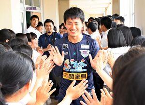 龍谷高の生徒と交流するサガン鳥栖の高橋秀人選手(中央)=佐賀市の同校