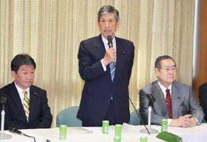 自民党の「党・政治制度改革実行本部」の会合であいさつする高村副総裁=26日午後、東京・永田町の党本部