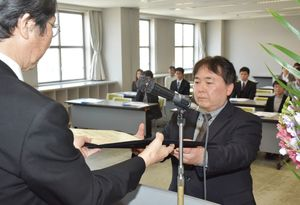 諸泉所長から証書を受け取る卒業生=佐賀市のアバンセ