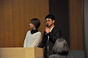 就農までの経緯を話す嘉村政道さん(右)、秀美さん夫妻=佐賀市立図書館