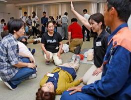 迅速な救命行動を行うために、参加者たちは実技を交えながら心肺蘇生法などを学んだ=鹿島市生涯学習センタ-「エイブル」