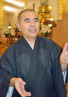 ハワイ日蓮宗別院で取材に応じる平井智親主任=8日、米ハワイ・ホノルル(共同)