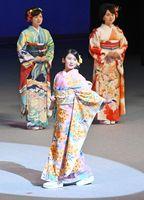 晴れの舞台で堂々と着物を披露する鹿島高2年の稲冨莉々香さん(手前)=久留米市の久留米シティプラザ
