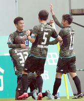 鳥栖―FC東京 前半、2点目のゴールを決め祝福される鳥栖・福田(左奥)=ベアスタ