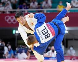 男子60キロ級 初戦の2回戦でベルギー選手(手前)に一本勝ちした高藤直寿=日本武道館