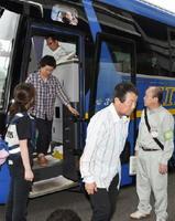 避難所に移動してきた唐津市の住民たち=4日午後3時6分、みやき町中原庁舎
