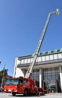 唐津市が導入した最新鋭のはしご車のお披露目会。先端が屈折し、救助が容易になった=唐津市西城内