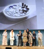世界的なデザイン賞「インターナショナル・デザインアワード」の授賞式。ブランド開発にかかわった「2016/」の関係者らが登壇した=イタリア・ミラノ(佐賀県提供)