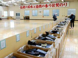 今季8回目となったノリの入札。シーズン終盤で出品枚数は少なめだった=佐賀市の県有明海漁協