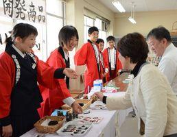 教職員向けの試食会で開発している新商品について紹介した生徒たち=鹿島実業高校