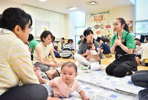 管理栄養士を交え、各グループで日頃の悩みを相談する参加者=佐賀市の子育て支援センター「ゆめ・ぽけっと」
