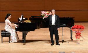 歌曲を披露し、声楽の基礎を解説した丸山繁雄さん(右)=佐賀市文化会館