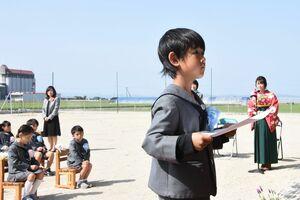 青空の下、卒園証書を受け取る園児=佐賀市川副町の鳳鳴乃里幼稚舎