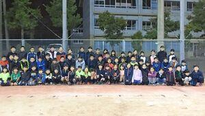 週2回、練習に励む児童たち=唐津市浜玉町のひれふりの里グラウンド