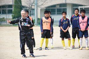 約2時間、熱心に実技指導した松本育夫さん(手前左)=佐賀市の北陵高