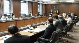 佐賀県いじめ問題対策連絡協議会で意見を交わした委員=佐賀市の県庁