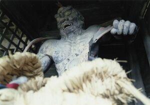 仁比山神社の参道入り口仁王門の、阿形の仁王さんとわらじ
