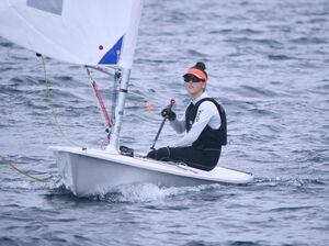ヨット女子シングルハンダー級第1レースに臨む早稲田佐賀の市橋愛生=唐津市の唐津湾