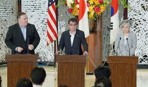 7月に共同記者会見をする(左から)ポンペオ米国務長官、河野外相、韓国の康京和外相