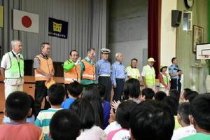 児童が感謝の気持ちを伝えた「にしよか青パト安全部隊」の隊員と西与賀駐在所員=佐賀市の西与賀小学校