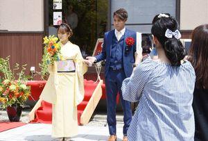 振り袖と生け花を融合させた「フラワーLIVEショー」=神埼市神埼町の仁比山地蔵院