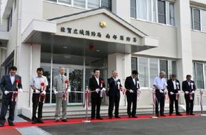 新庁舎の前でテープカットをする秀島市長(中央)ら=佐賀市の川副町
