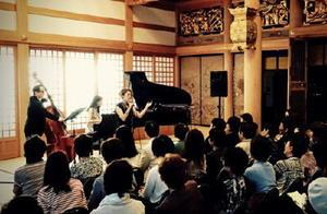 昨年5月に開いた「てらこやライブ」の様子=神埼市神埼町の浄光寺(提供写真)