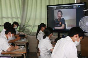 メモを取りながら熱心に先輩の体験談を聞く神埼清明高の生徒たち=神埼市の同校