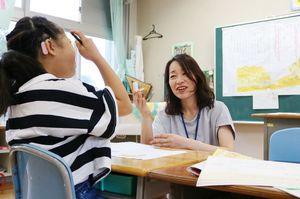 公開授業で手話を使いながら国語の授業をする教諭=佐賀市の県立ろう学校