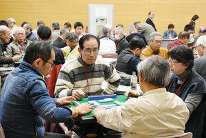世代を超え、楽しみながら卓を囲んだ健康マージャン交流大会=佐賀市のエスプラッツホール