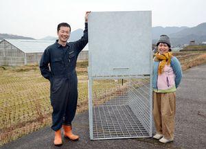 農家から転身し、自作の箱ワナを製造、販売している太田政信さん。右は妻の悦子さん=嬉野市嬉野町