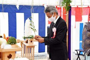 玉串を奉納する鏡山小の前川英司校長=唐津市鏡の同校