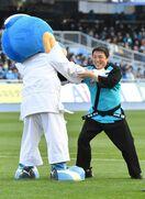 Jリーグ・鳥栖ー川崎戦で古賀稔彦さんが始球式 ふろん太と…