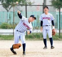 右手にはめたグラブで捕球し、グラブを外して右手で送球する小川恭平選手(左)=神埼市の神埼清明高