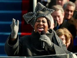 2009年1月20日、オバマ大統領の就任式で熱唱するアレサ・フランクリンさん=ワシントン(ロイター=共同)