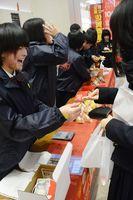元気な接客で商品を販売する佐賀商業高の生徒ら=佐賀市兵庫北のゆめタウン佐賀