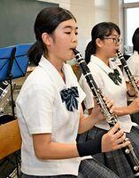 合同吹奏楽団として出場し、「演奏で団結力を見せる」と話す大江未来さん(左)=太良町の太良高