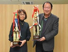 第1回佐里温泉杯カラオケ大会で優勝した松尾美枝子さん(左)と川口貴之さん=佐賀市の佐賀新聞社