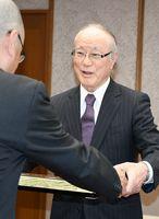 県警本部長から感謝状を受ける内科医の小野辰也さん=佐賀市の県警本部