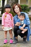 (左から)めいっ子の津田陽茉莉ちゃん(3)、中島朋美さん(36)、辰海くん(1)=佐賀市の神野公園
