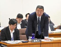 漁業者への対応などを答弁する川嶋貴樹九州防衛局長(右)と土本英樹大臣官房審議官=佐賀県議会