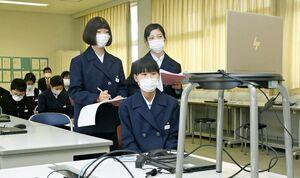 みどり台中の平塚真一郎校長の被災体験を画面越しに聞く川副中の生徒たち=佐賀市の同校