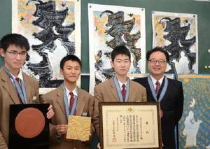 はんが甲子園でグランプリを獲得した神埼清明高校美術部。(左から)元嶋工惟さん、岡竜さん、井上勝喜さん、原康博教諭